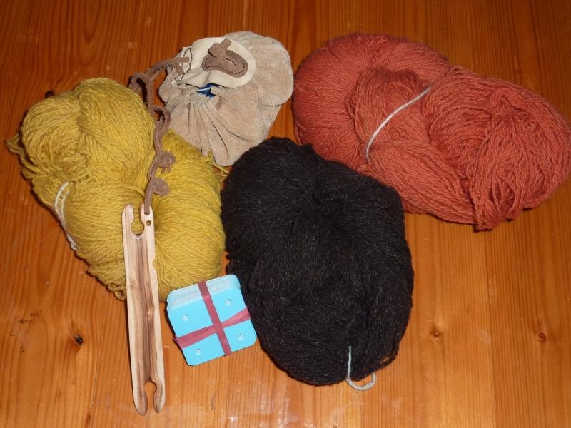 Handgefärbte Wolle, mein Schiffchen und die Brettchen